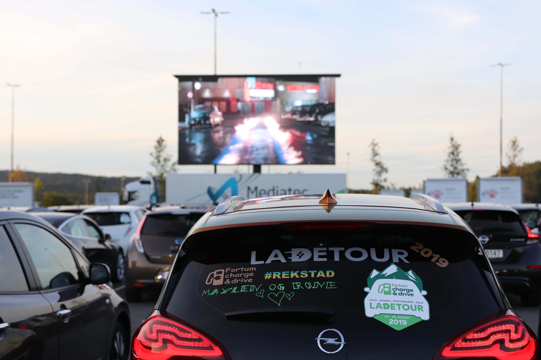 En vellykket andredag av Ladetour ble kronet med Norges første drive-in-kino for elbiler.